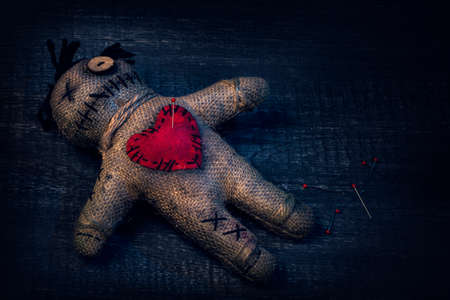 Muñeca vudú con alfileres clavados en ella Foto de archivo