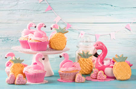 Flamingo cup cakes and cookies for party Banque d'images - 100814163