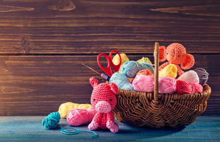 Amigurumi toys on a wooden background Banque d'images - 101884977