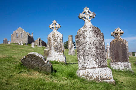Clonmacnoise Cathedral  with the typical crosses and graves. The monastery ruins. Ireland Archivio Fotografico - 114742550