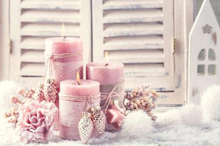 Rosa Weihnachtskerzen zu Weihnachten Standard-Bild