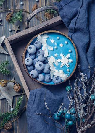 Blue spirulina smoothie bowl with blueberry Standard-Bild
