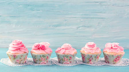 Pink cup cakes on a blue background Stockfoto