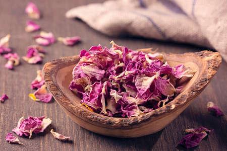 Dried rose petals in the bowl Standard-Bild - 152724182