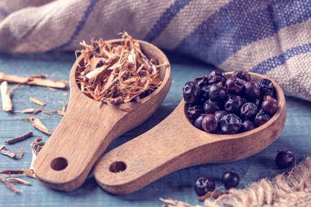 Juniper berry and wooden splits for smoking Standard-Bild