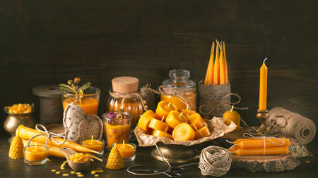 Handmade natural beeswax candles on a wooden background Standard-Bild - 156328109