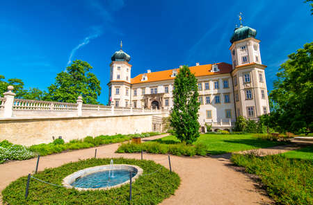Historical chateau at Mnisek pod Brdy city, Czech Republic. View of ancient building with towers, built in gothic style. Sunny summer day, blue sky and vibrant colors. 版權商用圖片 - 150494586