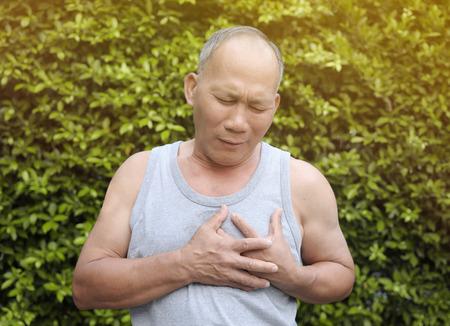 poronienie: Oldman heart failure on green natural background.