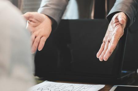 O homem de negócios ou o chefe queixam-se à mulher de negócios ou ao empregado no escritório.