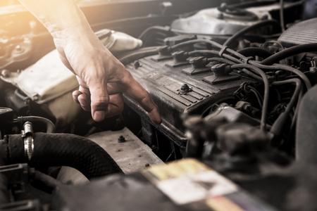 Bliska brudu na szczegółach starego silnika samochodowego w garażu.