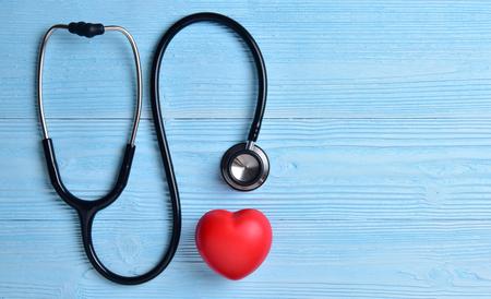 Coeur rouge avec stéthoscope sur fond de bois bleu. copier l & # 39 ; espace. composition de la saint-valentin Banque d'images - 93232846