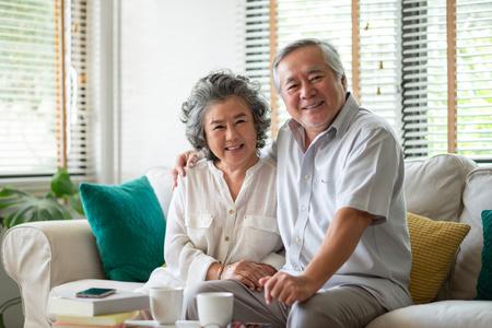 Portret emerytury para starszych korzystających z życia. Patrząc na aparat. Zdjęcie Seryjne