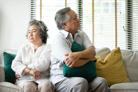 Triste pareja mayor que tiene un conflicto y problemas de relación. De mal humor.