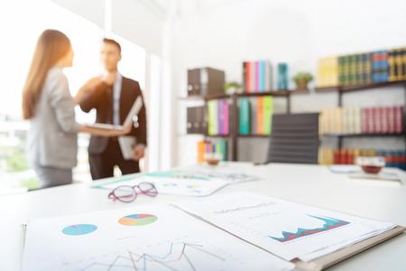 Ondernemers bespreken tijdens de vergadering. Focus op zakelijke documenten. Stockfoto