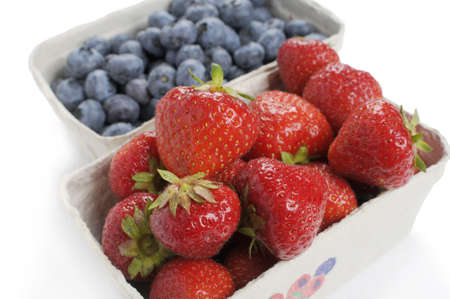 kerneudikotyledonen: Strawberries and blueberries fresh from the market. Packed in a cardboard carton. Studio recording