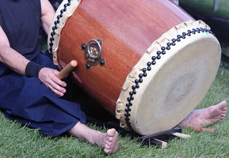 Closeup of a Japanese Taiko Drummer Seated with Drum Фото со стока