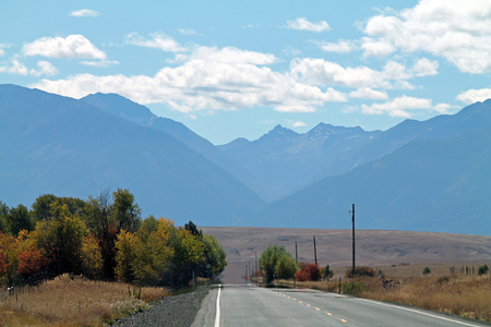 백그라운드에서 Wallowa 산맥과 오레곤 기업, 고속도로