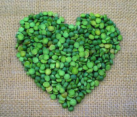 삼 베 바탕에 하트 모양으로 형성 된 녹색 분할 완두콩 스톡 콘텐츠