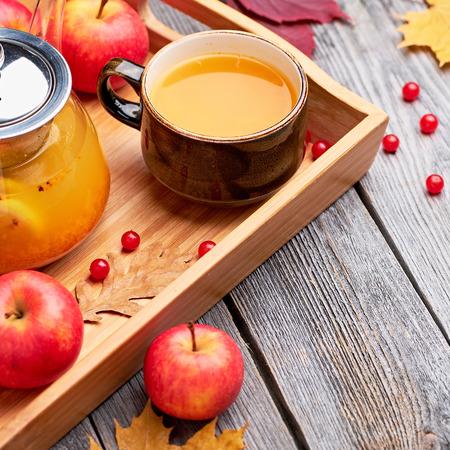 Hot sea buckthorn tea drink with apples. Hot autumn beverage. Stockfoto