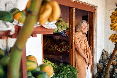 Woman Buy Fresh Papaya at Tropical Local Market Banco de Imagens