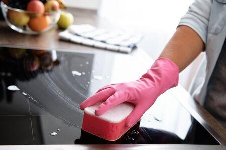 Limpieza de la placa de inducción. Concepto de servicio de limpieza