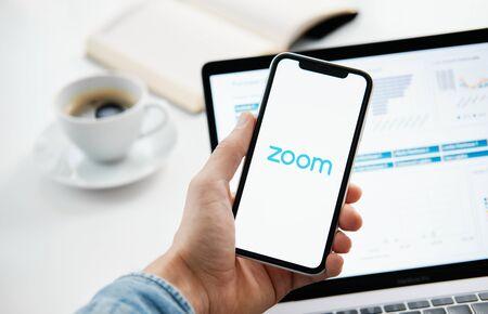 Tioumen, Russie - 25 mars 2020 : réunions ZOOM Cloud. Logiciel de visioconférence. Appels vidéo et communications Banque d'images