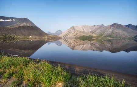 The picturesque lake Ketachan in Kamchatka, Russia. Bystrinsky National Park, near the volcano Ichinskaya Sopka. Standard-Bild - 130773377