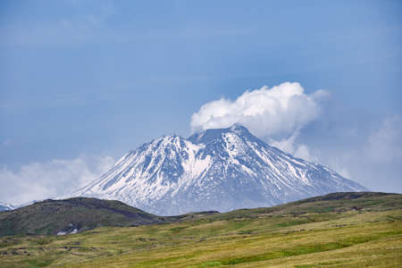 Nature of Kamchatka - beautiful volcanic landscape: view on Kamen Volcano, active Klyuchevskoy Volcano and active Bezymianny Volcano. Russian Far East, Kamchatka, Klyuchevskaya Group of Volcanoes. Imagens