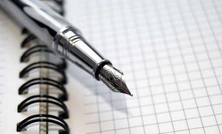pad pen: Bol�grafo sobre un bloc de notas. Foto de archivo
