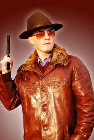 wildwest: Dangerous cercando di tipo mafioso con revolver.
