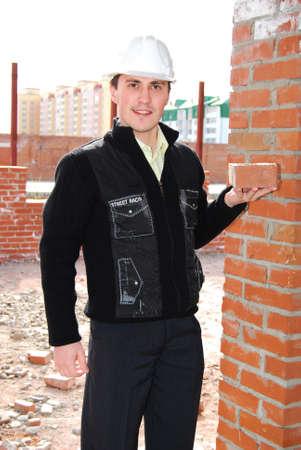 bricklayer: Alba�il con ladrillo.  Foto de archivo