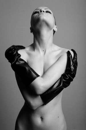 schwarze frau nackt: nackte M�dchen mit eleganten die Handschuhe. Mode-Foto-Studio.