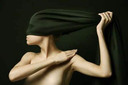 femme noire nue: Naked (nue) avec une femme noire bandage Banque d'images