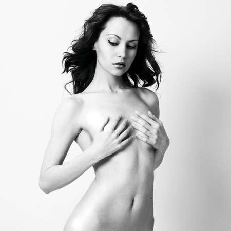 femme noire nue: Elegant femme nue aux cheveux boucl�s. Studio portrait.
