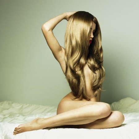 the naked girl: Retrato de la Moda de mujer elegante desnuda en la cama