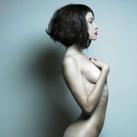 femme noire nue: �l�gante femme nue avec des cheveux boucl�s. Studio portrait. Banque d'images