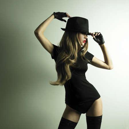 mujeres eroticas: Retrato de la hermosa ni�a de baile en el sombrero Foto de archivo