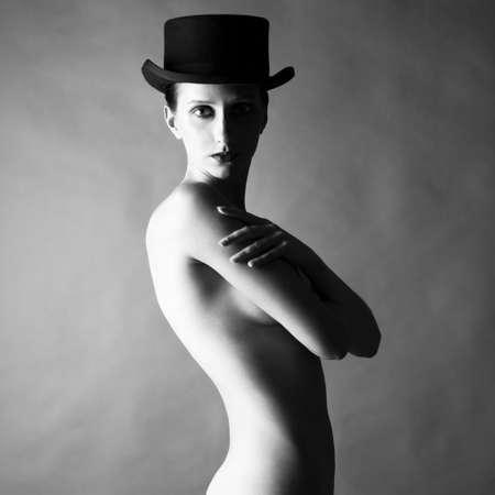 modelos desnudas: Retrato de moda de la dama desnuda con sombrero