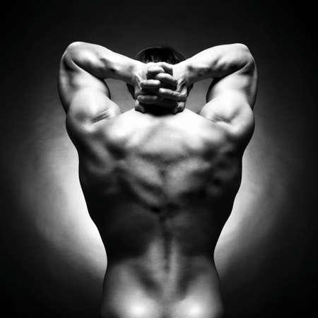 hombres musculosos: atleta con fuerte cuerpo