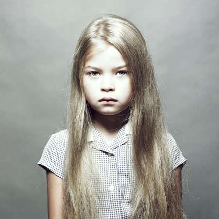 jolie petite fille: Portrait de mode du Studio de la charmante petite fille