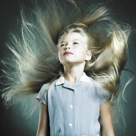 jolie petite fille: Portrait de petite fille aux cheveux magnifique