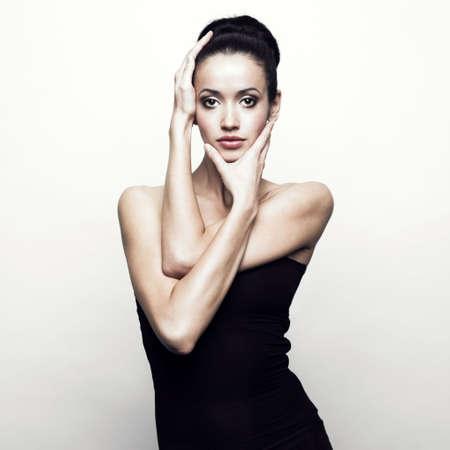 Ritratto di giovane ragazza in abito nero