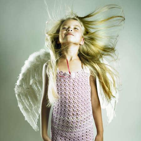 alas de angel: Retrato de una hermosa ni�a feliz con alas de �ngel  Foto de archivo