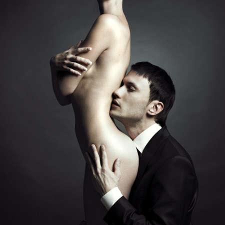 homme nu: Portrait de jeunes couples ?l?gants dans la tendre passion