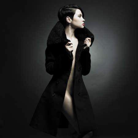 sexy girl nue: Portrait de femme s�duisante dans un manteau �l�gant