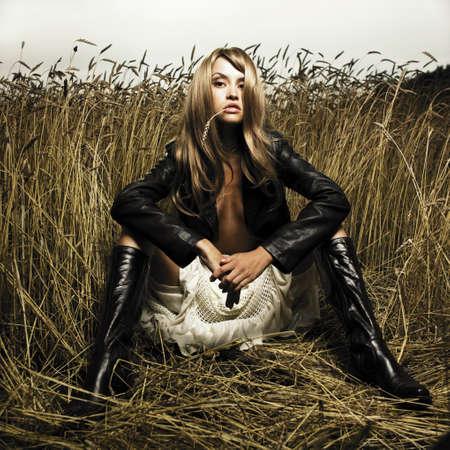 Portret van sensuele blond meisje in tarwe Stockfoto