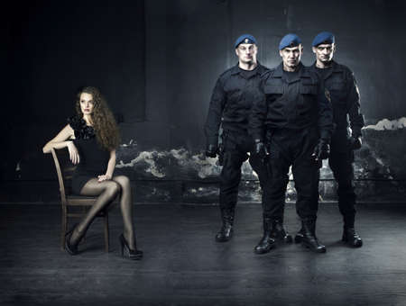 vigilante de seguridad: Moda de una bella joven y su guardaespaldas