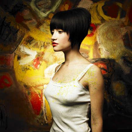 tavolozza pittore: Ritratto di una bella ragazza su uno sfondo di pittura astratta