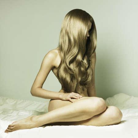 sexy girl nue: Portrait de la mode de la jeune femme �l�gante au lit Banque d'images