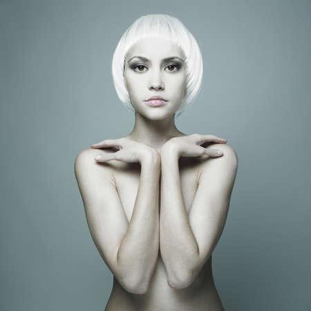 mujer desnuda:  mujer desnuda futurista con pelo rubio